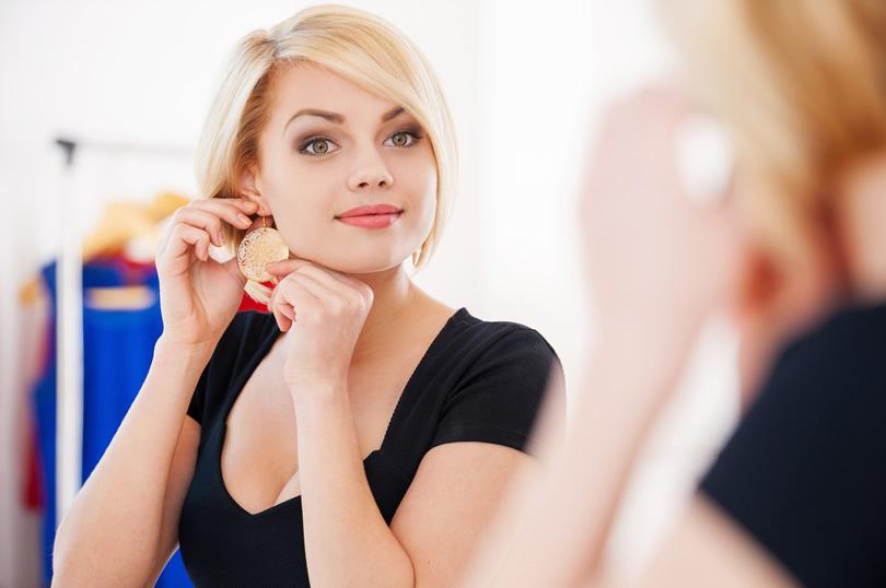 女性の耳とアクセサリー